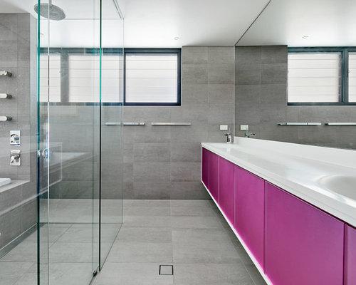 Bagno moderno con ante viola foto idee arredamento