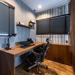 福岡の小さいモダンスタイルのおしゃれな書斎 (グレーの壁、濃色無垢フローリング、暖炉なし、造り付け机、茶色い床、クロスの天井、壁紙、グレーの天井) の写真