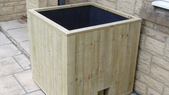 Patio and decking safe water-recycling wooden box planter