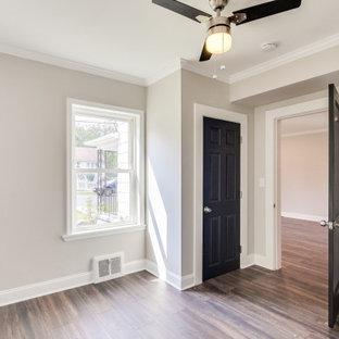 ボルチモアの広いトラディショナルスタイルのおしゃれな客用寝室 (グレーの壁、無垢フローリング、茶色い床、ベージュの天井) のレイアウト