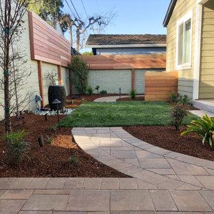 Geometrischer, Kleiner Moderner Garten hinter dem Haus mit Sichtschutz, Betonplatten und Holzzaun in San Francisco