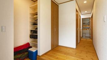 素足で過ごす気持ちいい無垢床、変化を持たせた珪藻土の塗り壁。笑顔があふれる健やかな木の家