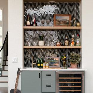 Immagine di un piccolo angolo bar con lavandino classico con lavello sottopiano, ante lisce, ante verdi, paraspruzzi nero, paraspruzzi con piastrelle in ceramica, parquet scuro, pavimento marrone e top bianco