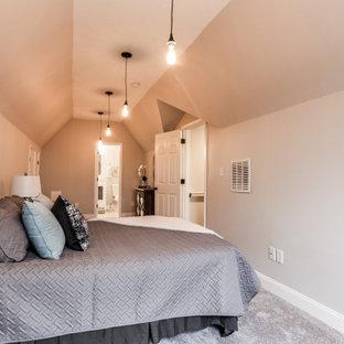 ボルチモアの広いトラディショナルスタイルのおしゃれな主寝室 (ベージュの壁、カーペット敷き、茶色い床、三角天井、ベージュの天井) のレイアウト