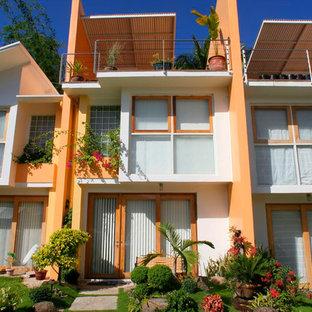 Diseño de fachada de piso multicolor, actual, de tamaño medio, de tres plantas, con revestimiento de hormigón, tejado de un solo tendido y tejado de metal