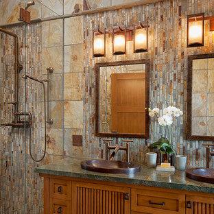 Новый формат декора квартиры: главная ванная комната среднего размера в стиле рустика с фасадами с утопленной филенкой, фасадами цвета дерева среднего тона, душем в нише, коричневой плиткой, каменной плиткой, накладной раковиной, столешницей из гранита, душем с распашными дверями и зеленой столешницей