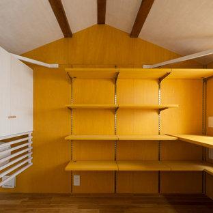 東京23区の小さいおしゃれなロフト寝室 (黄色い壁、無垢フローリング、茶色い床、板張り天井、塗装板張りの壁、ベージュの天井) のレイアウト