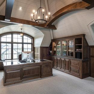 Großes Arbeitszimmer mit Arbeitsplatz, weißer Wandfarbe, Teppichboden, Einbau-Schreibtisch, beigem Boden, Holzdielendecke und vertäfelten Wänden in Grand Rapids