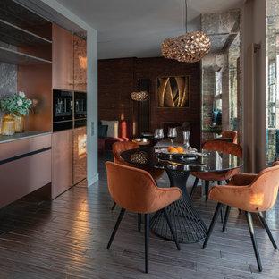 Стильный дизайн: кухня-столовая среднего размера в современном стиле с серыми стенами, темным паркетным полом, серым полом, потолком с обоями и панелями на части стены - последний тренд