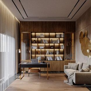 Mittelgroßes Modernes Arbeitszimmer ohne Kamin mit Arbeitsplatz, grauer Wandfarbe, Marmorboden, freistehendem Schreibtisch und schwarzem Boden in Sonstige