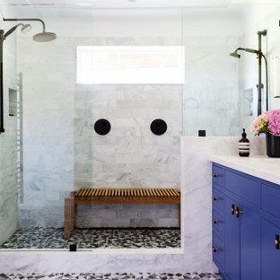 Idéer för mellanstora vintage vitt en-suite badrum, med släta luckor, våtrum, en toalettstol med hel cisternkåpa, mosaikgolv, ett undermonterad handfat, bänkskiva i kvarts och dusch med gångjärnsdörr