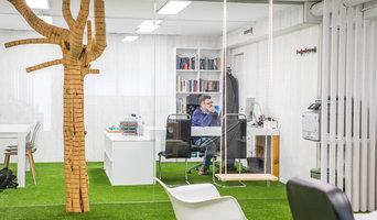 Instalación del césped artificial Tempo de Albergrass: oficina Mr Turismo
