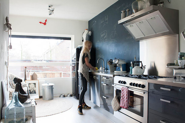 Dutch houzz mix and match family home delivers a cool but - Parete lavagna cucina ...