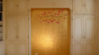 Un décor en dorure dans une chambre