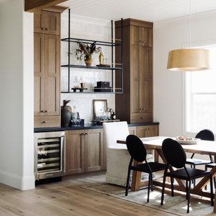 На фото: большая кухня-столовая в стиле неоклассика (современная классика) с белыми стенами, светлым паркетным полом и потолком из вагонки