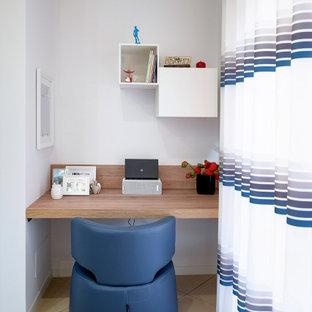 Mittelgroßes Modernes Arbeitszimmer mit weißer Wandfarbe, Porzellan-Bodenfliesen und beigem Boden