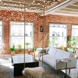 他の地域の小さいインダストリアルスタイルのおしゃれなLDK (ライブラリー、赤い壁、コンクリートの床、暖炉なし、内蔵型テレビ、白い床) の写真