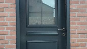 pose d'une porte d'entrée aluminium