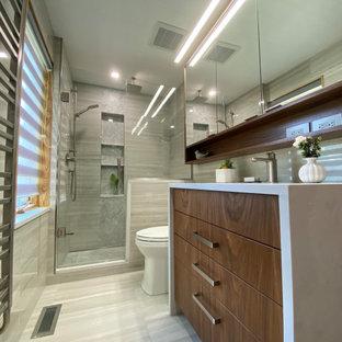 Inspiration för små moderna vitt en-suite badrum, med släta luckor, skåp i mellenmörkt trä, en toalettstol med separat cisternkåpa, grå kakel, porslinskakel, grå väggar, klinkergolv i porslin, ett undermonterad handfat, bänkskiva i kvarts, grått golv och dusch med gångjärnsdörr