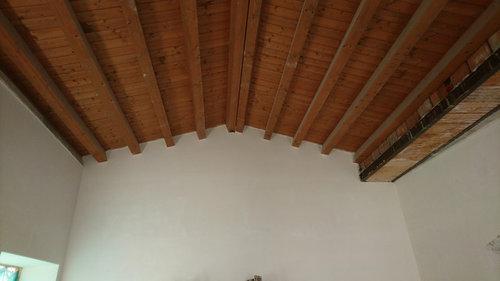 Illuminazione cucina con tetto in legno alto