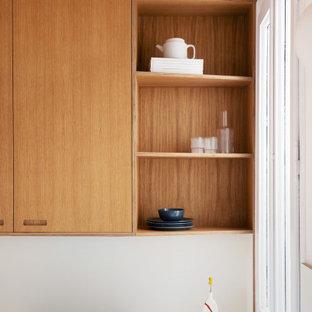 Geschlossene, Mittelgroße Mediterrane Küche in L-Form mit integriertem Waschbecken, Schrankfronten im Shaker-Stil, weißen Schränken, Laminat-Arbeitsplatte, Küchenrückwand in Weiß, Rückwand aus Keramikfliesen, Küchengeräten aus Edelstahl, Sperrholzboden, braunem Boden, weißer Arbeitsplatte und Kassettendecke in Sonstige