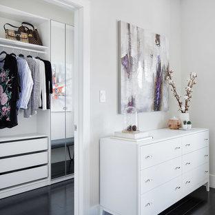 Idee per una cabina armadio per donna minimal di medie dimensioni con nessun'anta, ante bianche, parquet scuro e pavimento nero