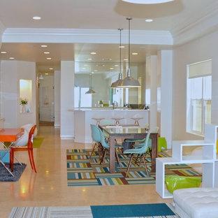 Ispirazione per una grande cameretta per bambini design con pareti bianche e pavimento in pietra calcarea