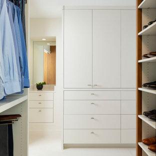 Ispirazione per armadi e cabine armadio design di medie dimensioni con ante lisce, ante in legno scuro, pavimento in gres porcellanato e pavimento bianco