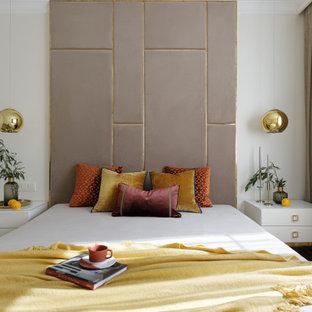 Свежая идея для дизайна: спальня в современном стиле с белыми стенами, паркетным полом среднего тона и коричневым полом - отличное фото интерьера