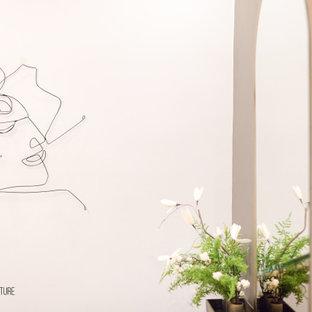 Idéer för små funkis foajéer, med grå väggar, marmorgolv, en enkeldörr, en svart dörr och vitt golv