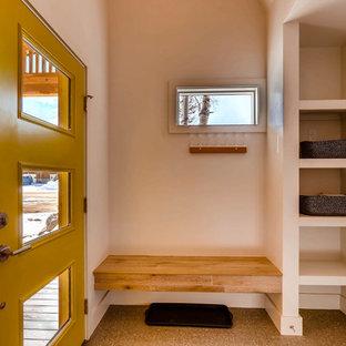 На фото: маленький тамбур в стиле модернизм с белыми стенами, полом из терраццо, одностворчатой входной дверью, зеленой входной дверью и серым полом с
