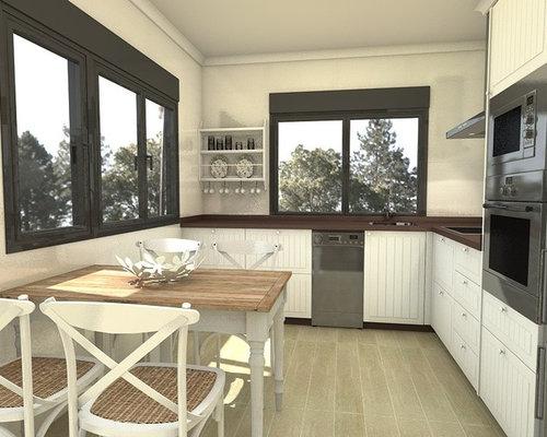 Amueblamiento de cocina con 3 puertas y 2 ventanas
