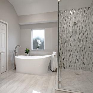 Стильный дизайн: большая главная ванная комната в стиле неоклассика (современная классика) с фасадами в стиле шейкер, серыми фасадами, душем в нише, разноцветной плиткой, мраморной плиткой, серыми стенами, полом из керамогранита, врезной раковиной, столешницей из искусственного кварца, белым полом, душем с распашными дверями, белой столешницей, тумбой под две раковины, встроенной тумбой и панелями на стенах - последний тренд
