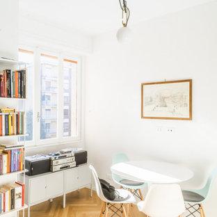 Ispirazione per una piccola sala da pranzo minimal con pareti bianche, parquet chiaro e nessun camino