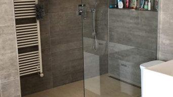 Hochwertiges Bad mit grauen Fliesen