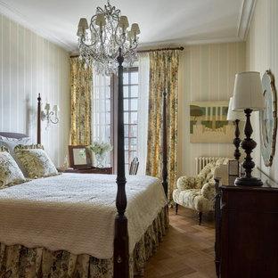 Idéer för ett mellanstort klassiskt huvudsovrum, med gröna väggar, mellanmörkt trägolv och brunt golv