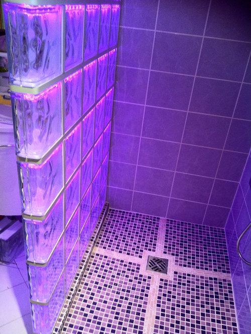 cabine de douche en briques de verre avec un éclairage par LED