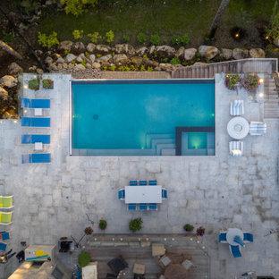 Mittelgroßer Klassischer Infinity-Pool hinter dem Haus in rechteckiger Form mit Pool-Gartenbau und Natursteinplatten in Toronto