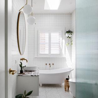 Источник вдохновения для домашнего уюта: детская ванная комната среднего размера в современном стиле с белыми фасадами, ванной на ножках, открытым душем, белой плиткой, керамогранитной плиткой, полом из терраццо, раковиной с пьедесталом, мраморной столешницей, белым полом, открытым душем, розовой столешницей, тумбой под одну раковину и подвесной тумбой