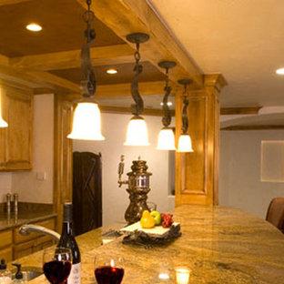 Ispirazione per una cucina american style di medie dimensioni con lavello sottopiano, ante con bugna sagomata, ante in legno chiaro, top in granito, elettrodomestici in acciaio inossidabile, moquette e isola