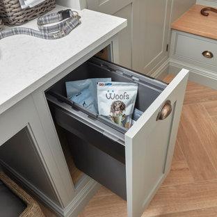 Exempel på en liten klassisk vita vitt tvättstuga, med skåp i shakerstil, grå skåp, bänkskiva i kvarts, vitt stänkskydd, vita väggar, klinkergolv i porslin, en tvättpelare och beiget golv