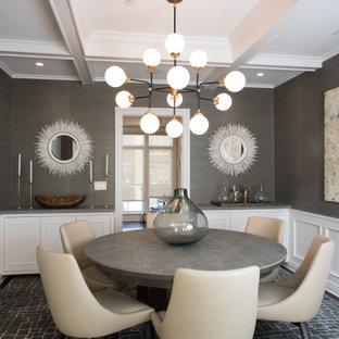 Idee per una grande sala da pranzo aperta verso la cucina design con pareti grigie, parquet scuro, nessun camino, pavimento marrone, soffitto a cassettoni e boiserie