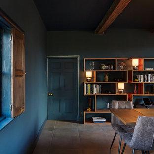 Свежая идея для дизайна: большая гостиная-столовая в современном стиле с синими стенами, печью-буржуйкой, фасадом камина из вагонки и бежевым полом - отличное фото интерьера