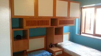 Camera da letto in listellare di faggio con ante spazzolate e laccate
