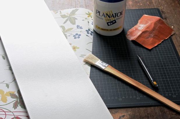 regalbrett tapezieren super einfache diy anleitung f r ein gepimptes regalbrett. Black Bedroom Furniture Sets. Home Design Ideas