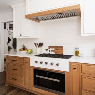 Idéer för ett mellanstort klassiskt vit kök, med en nedsänkt diskho, luckor med profilerade fronter, vita skåp, bänkskiva i koppar, vitt stänkskydd, stänkskydd i porslinskakel, mellanmörkt trägolv och en köksö