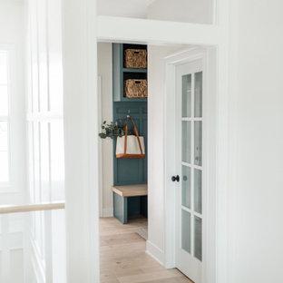 Идея дизайна: коридор среднего размера с белыми стенами, светлым паркетным полом и белым полом