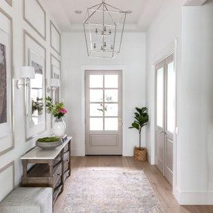 Idéer för mellanstora maritima foajéer, med vita väggar, ljust trägolv, en enkeldörr, en svart dörr och beiget golv
