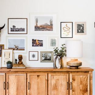 Diseño de dormitorio principal y abovedado, rústico, extra grande, con paredes beige, suelo de madera clara y chimenea de doble cara