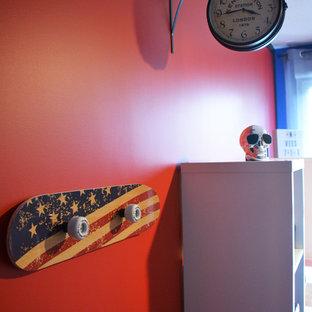 Kleines Industrial Jugendzimmer mit Schlafplatz, roter Wandfarbe, hellem Holzboden und braunem Boden in Lyon